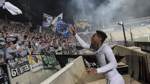 De Guzmán schmeißt sein Trikot in eine Menge von Eintracht-Fans.
