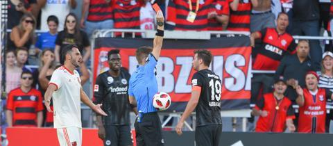 Der Schiedsrichter zeigt David Abraham die Rote Karte