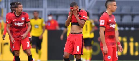 Die Eintracht-Spieler sind nach einem Dortmunder Tor enttäuscht