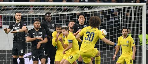 David Luiz schießt einen Freistoß gegen Eintracht Frankfurt