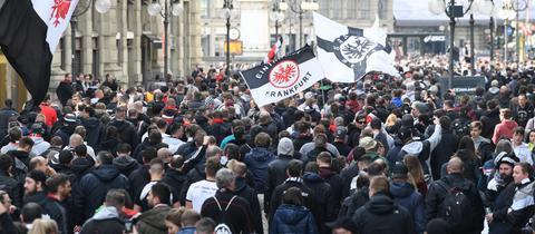 Eintracht-Fans ziehen durch Mailand