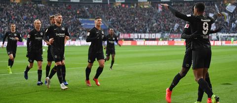 Die Eintracht-Mannschaft jubelt nach dem 1:0