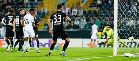 Evan N'Dicka erzielt das 1:0 in Guimaraes