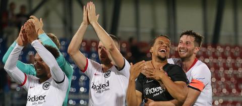 Die Eintracht-Spieler jubeln nach dem Sieg in Vaduz