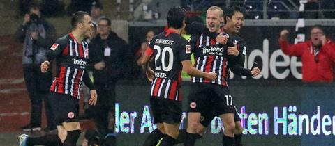 Eintracht Frankfurt bejubelt den Treffer von Sebastian Rode gegen Bremen.