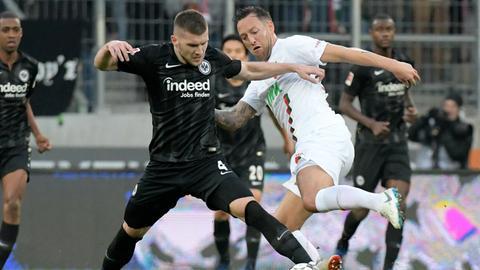 Ante Rebic im Hinspiel gegen Augsburg am Ball