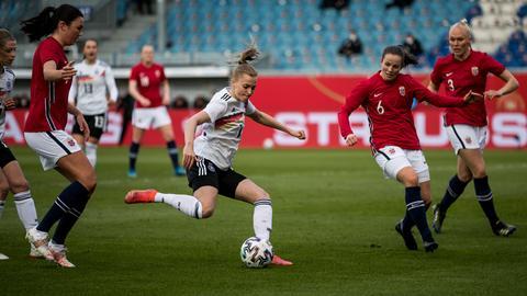 Eintracht-Stümerin Laura Freigang im Einsatz für die deutsche Nationalmannschaft gegen Norwegen.