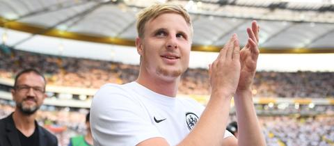 Martin Hinteregger applaudiert bei seiner Rückkehr im Stadion.