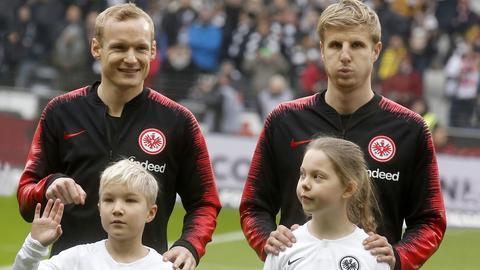 Sebastian Rode und Martin Hinteregger mit Einlaufkindern