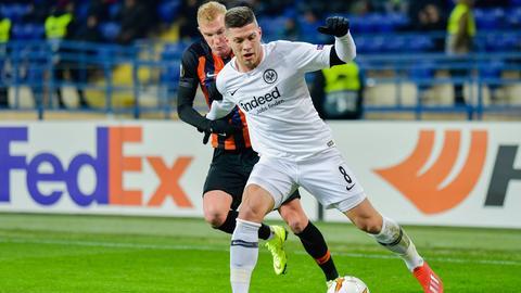 Luka Jovic verteidigt den Ball gegen Viktor Kovalenko