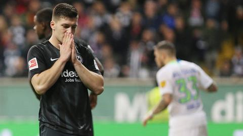 Luka Jovic schlägt die Hände vor dem Gesicht zusammen, im Hintergrund feiern die Wolfsburger Spieler.