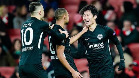 Die Eintracht-Spieler jubeln mit Daichi Kamada.