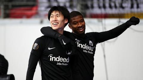 Daichi Kamada und Almamy Touré jubeln.