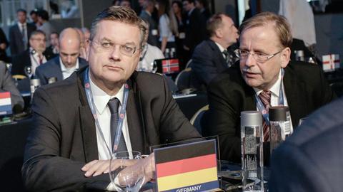 DFB-Präsident Grindel und Vizepräsident Koch sitzen gemeinsam am Tisch.