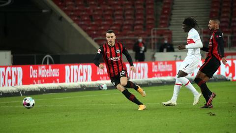 Filip Kostic am Ball im Hinspiel gegen den VfB Stuttgart