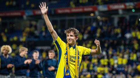 Jesper Lindström im Trikot von Bröndby IF winkt nach einem Spiel in die Menge.