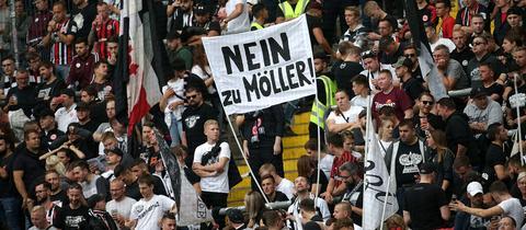 """Auf einem Transparent in der Eintracht-Fankurve steht: """"Nein zu Möller"""""""