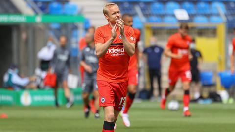 Sebastian Rode applaudiert den Fans nach dem Pokal-Aus in Mannheim