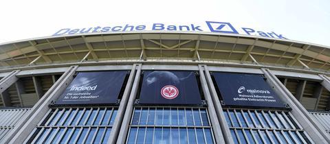 Die Außenfassade des Deutsche Bank Parks aus nächster Nähe und Froschperspektive fotografiert.