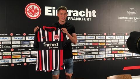 Erik Durm präsentiert sein Eintracht-Trikot.