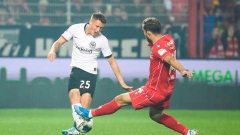 Erik Durm kämpft mit der Eintracht um die Punkte in Berlin.