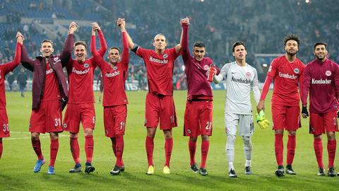 Die Spieler der Eintracht lassen sich nach dem erneuten Sieg gegen Schalke von den eigenen Fans feiern.