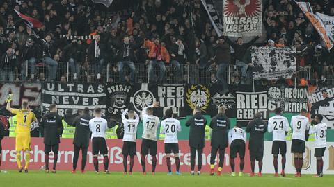Tschüß und bis ganz bald: Die Spieler der Eintracht verabschieden sich für ein paar Tage von ihren Fans in die kurze Weihnachtspause.