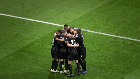 Eintracht-Spieler umarmen sich.