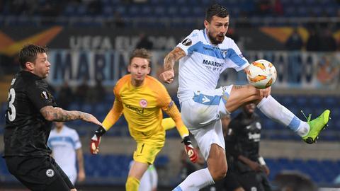 Roms Alessandro Murgia (M) und die Frankfurter Simon Falette (r) und Mijat Gacinovic kämpfen um den Ball