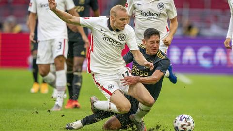 Sebastian Rode im Zweikampf mit Edson Alvarez von Ajax Amsterdam