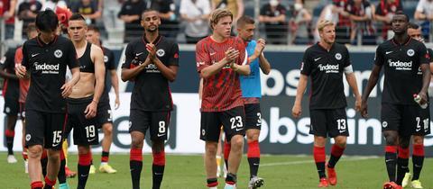 Die Spieler von Eintracht Frankfurt nach dem Spiel gegen Augsburg
