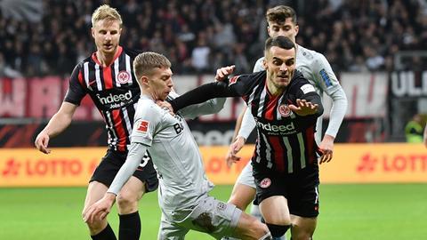 Eintracht Frankfurt kämpft um Punkte bei Bayer Leverkusen.