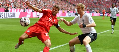 Martin Hinteregger im Zweikampf mit Bayerns Thomas Müller