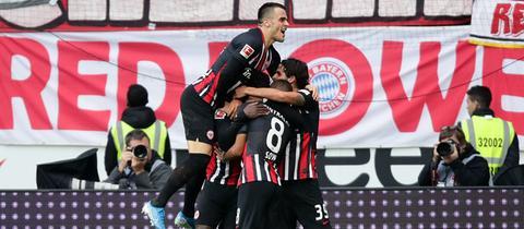 Die Eintracht-Spieler jubeln gegen Bayern München