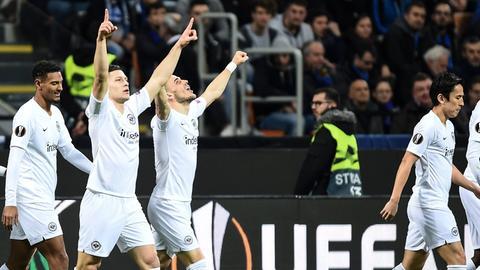 Nach dem Jubel muss der Blick bei Eintracht Frankfurt auf die Bundesliga gerichtet werden.