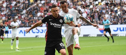 Eintracht-Stürmer Rafael Borré rieb sich gegen den FC Augsburg auf.