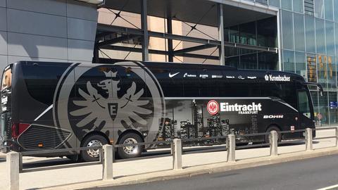 Der Eintracht-Bus wartet am Flughafen.