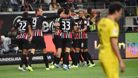 Die Eintracht jubelt über das späte Unentschieden gegen Dortmund.
