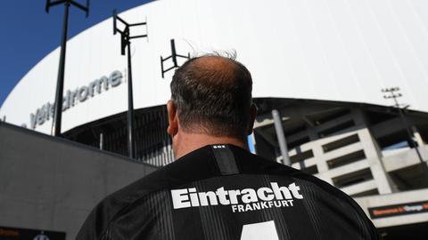 Ein Frankfurter Fan mit Trikot in Marseille
