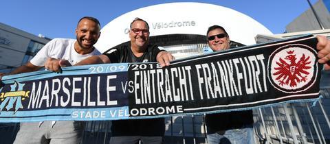 Eintracht Fans halten in Marseille einen Schal hoch.