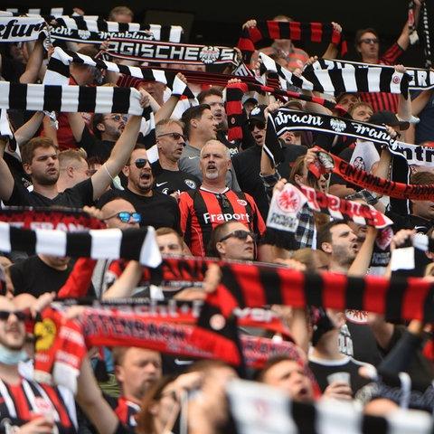 Eintracht-Fans im Stadion beim Spiel gegen Köln