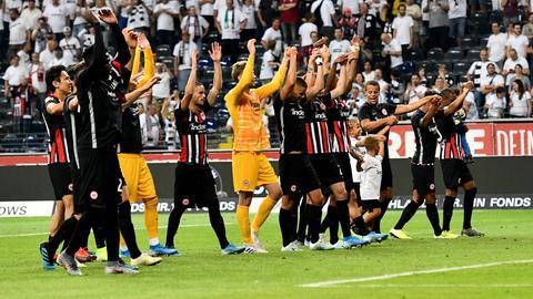 Spieler von Eintracht Frankfurt bei den Fans nach dem Sieg gegen Tallinn