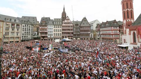 Eintracht-Fans feiern am Römer