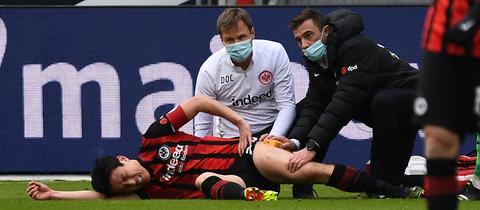 Makoto Hasebe liegt auf dem Boden und wird behandelt.