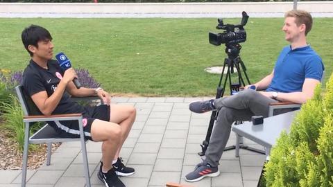 Eintracht-Profi Makoto Hasebe im Gespräch mit hr-Reporter Joscha Bartlitz.