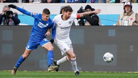 David Abraham von Eintracht Frankfurt im Zweikampf mit Hoffenheims Andrej Kramaric