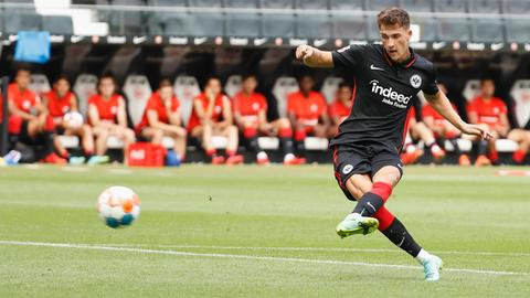 Eintracht-Mittelfeldspieler Ajdin Hrustic trifft hier technisch perfekt zum 2:1.