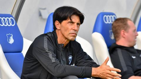 Ein entspannter Eintracht-Spordirektor Bruno Hübner nach erfolgreichen Wochen.