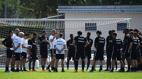 Eintracht-Trainer Adi Hütter versammelte die Mannschaft auch in der Schweiz regelmäßig um sich herum.