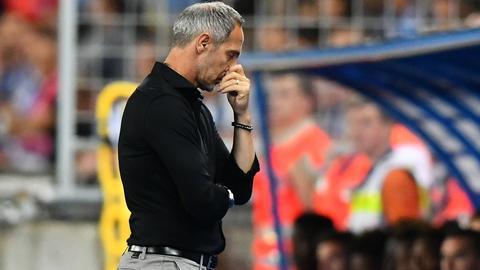 Die erste Halbzeit hat auch Eintracht-Trainer Adi Hütter nachdenklich zurückgelassen.